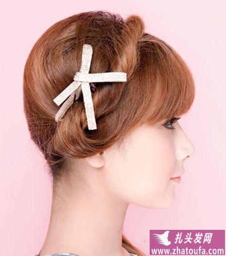 时髦扎头发的方法:头带式侧马尾