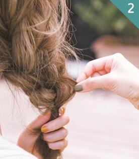毛戈平化妆学校的小编就为大家带来两款快手发型,让你的女人味up!up!图片